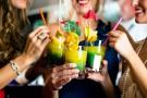 Studenci dbają o pijane koleżanki